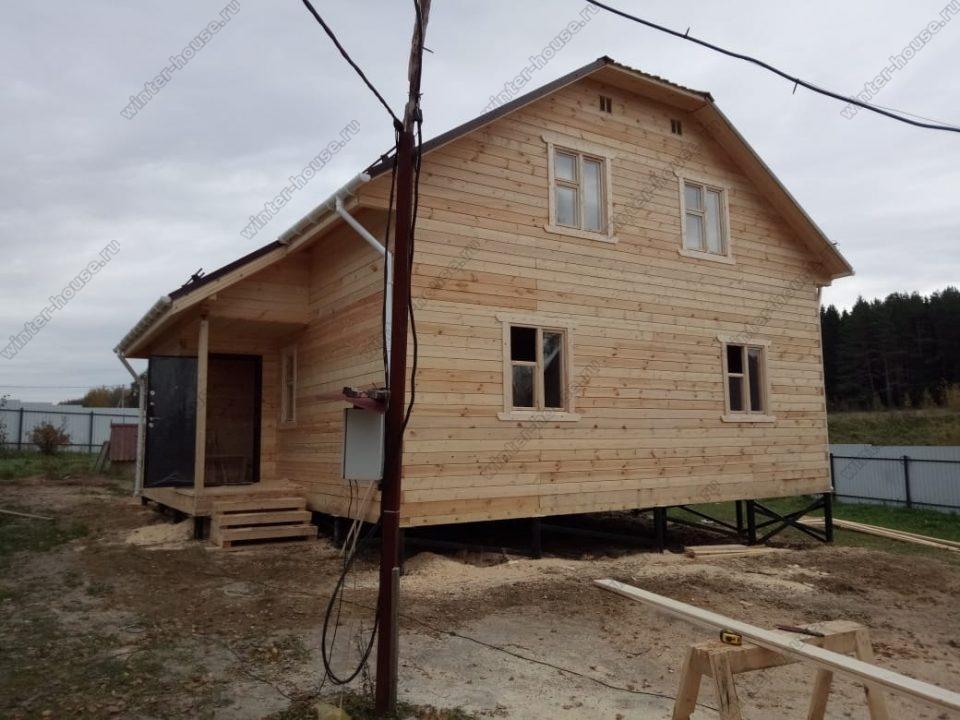 Брусовой дом с полувальмовой крышей