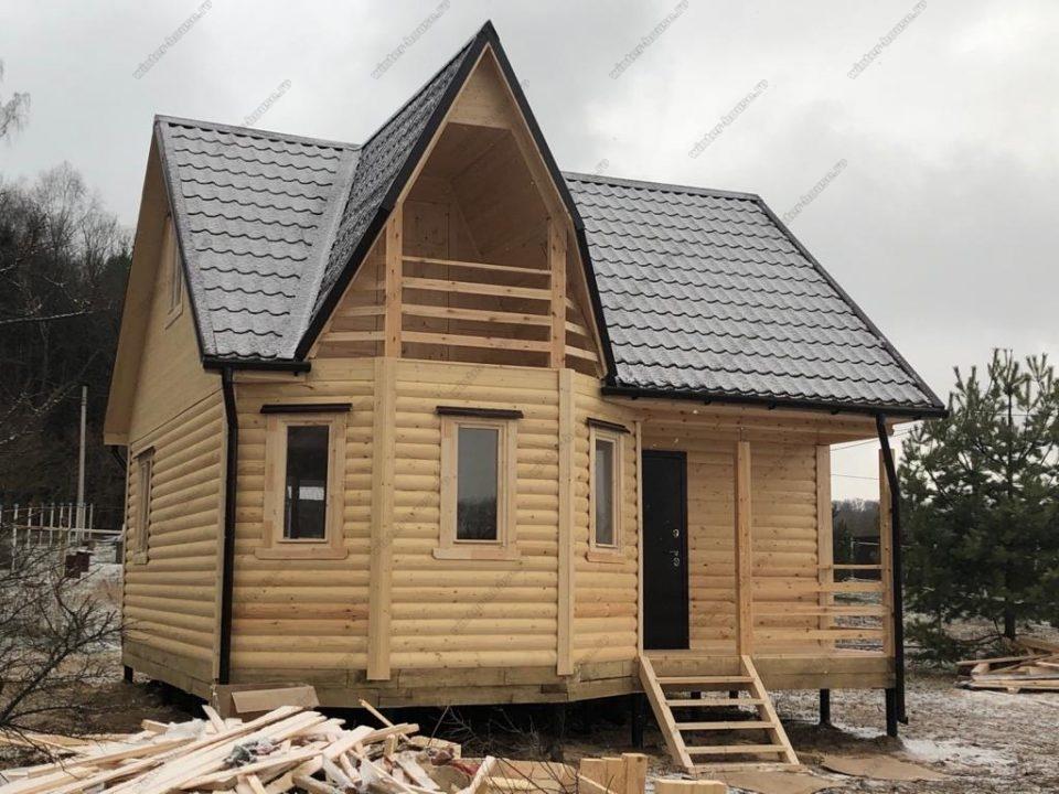 Фото деревянного дома из бруса с эркером, балконом и террасой