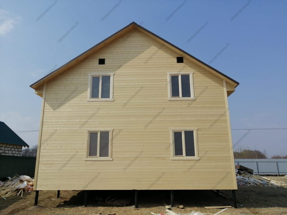 Фото двухэтажного каркасного дома 8х10 с террасой и балконом