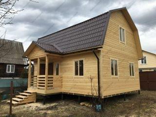 Фото построенного каркасного дома 6х8 с террасой и мансардой