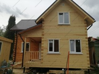 Фото двухэтажного дома 8 на 8 из бруса с угловой планировкой
