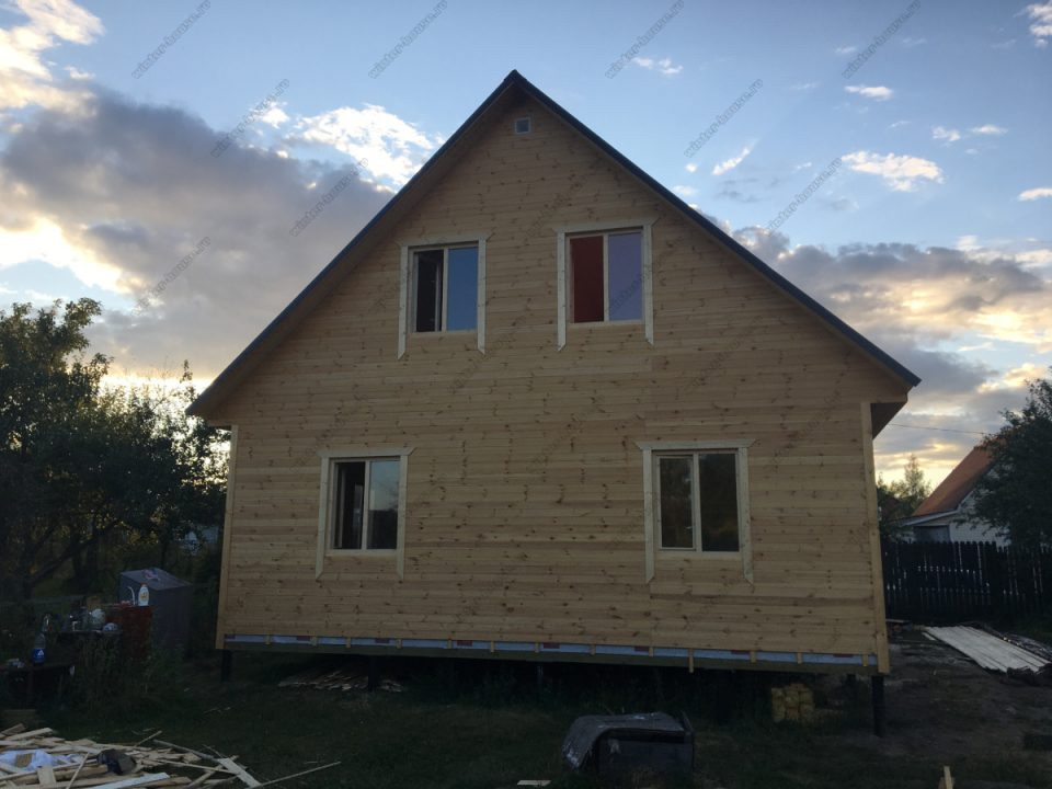 Каркасный дом с мансардой и террасой большого размера
