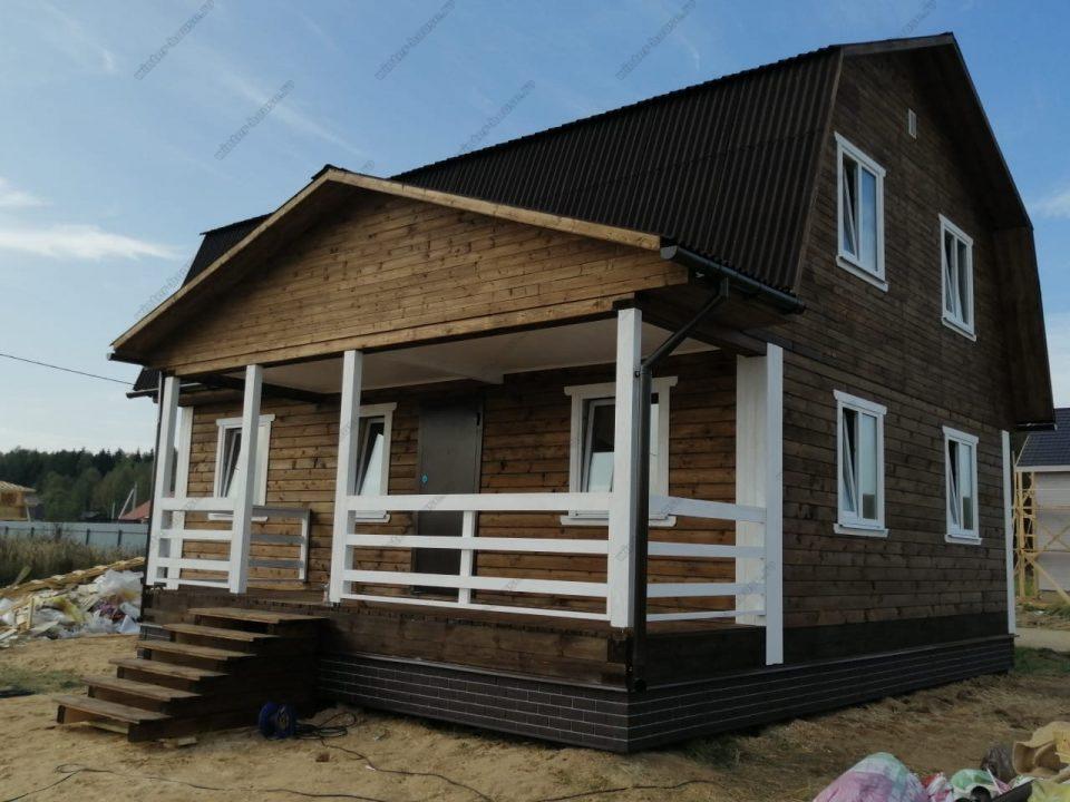 Красивый деревянный дом из бруса с мансардой и террасой